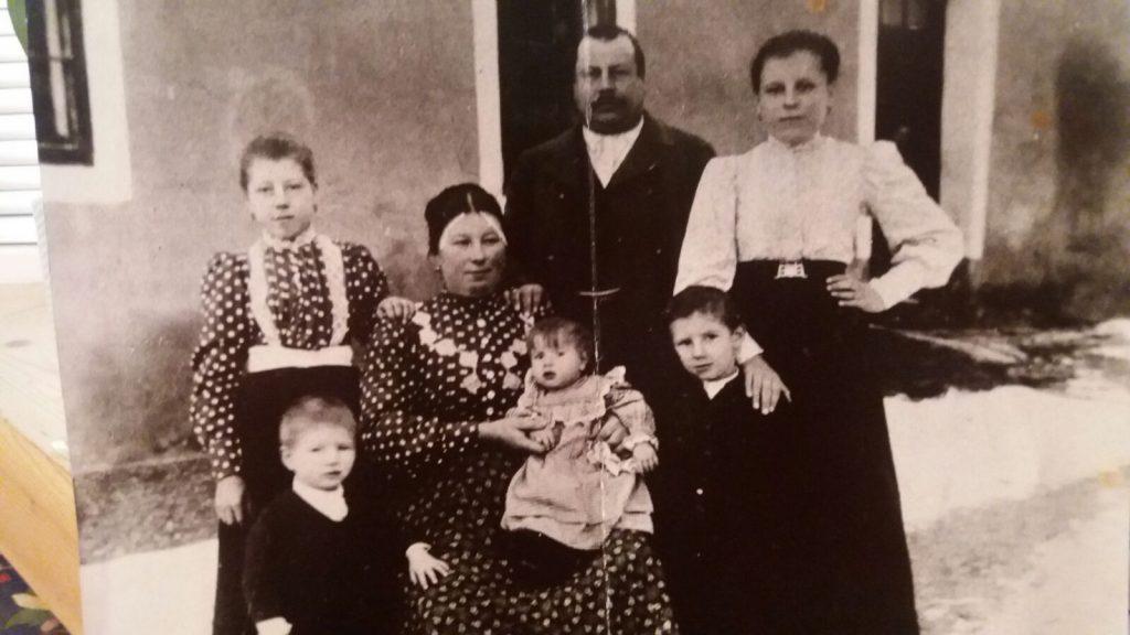 Urgroßvater mit Urgroßmutter und Kindern vor dem Gasthof